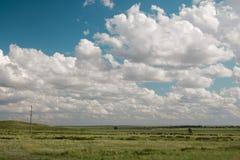 领域和云彩,哈萨克斯坦共和国 免版税库存照片