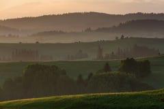 领域和小山在日出在Dolny Kubin附近在斯洛伐克 库存图片