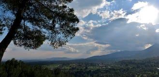 领域和山的激动人心的景色从高度 免版税库存照片