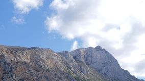 领域和山的看法从高度 免版税库存图片