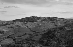 领域和很少遇到的房子丘陵地带的 库存照片