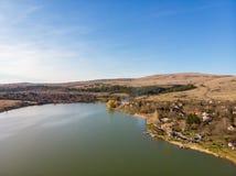 领域和池塘在索非亚,保加利亚附近地区 在视图之上 库存照片