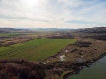 领域和池塘在索非亚,保加利亚附近地区 在视图之上 库存图片