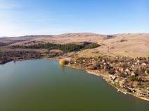 领域和池塘在索非亚,保加利亚附近地区 在视图之上 免版税库存照片