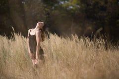领域国家秀丽的妇女女孩 免版税图库摄影