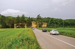领域概要用麦子、路有汽车的和城堡在森林中间 库存图片