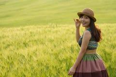 领域的一个女孩 免版税库存图片