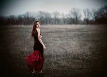 领域的一个美丽的哀伤的女孩 查出的背面图白色 库存照片