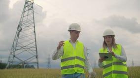 领域的一位电工在主输电线附近 电工处理架设力量的过程 股票视频