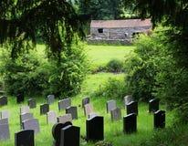 领域的公墓,现代起动小山 免版税库存照片