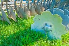 领域的农业设备耕犁非常紧密  免版税库存照片