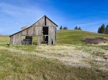 领域的土气老谷仓。 库存照片