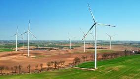 领域的大风力场与一台小犁的拖拉机在好日子 股票视频
