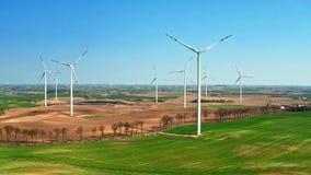 领域的大风力场和小拖拉机在好日子,鸟瞰图 股票录像