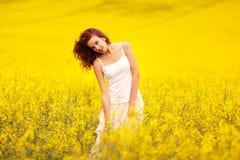 领域的年轻美丽的女孩 免版税库存图片