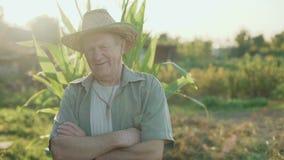 领域的微笑用横渡的手的老农夫的画象对照相机4K 股票录像
