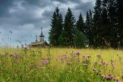 领域的木教堂 免版税库存图片