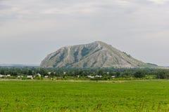 从领域的看法在一座唯一山Yuraktau 库存图片
