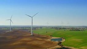 领域的风力场在湖附近在乡下 股票录像