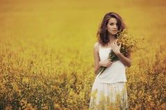 领域的年轻美丽的女孩 免版税库存照片