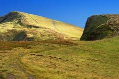 领域路通过与草的山 库存照片