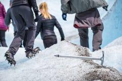 领域铁镐在雪被困住 Shevelev 免版税库存图片