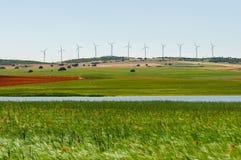 领域风景和风轮机 免版税库存图片