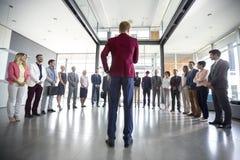 领导与他的队的举行会议 免版税库存图片