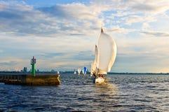 领导先锋白色游艇 免版税库存照片