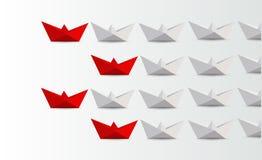 领导概念 带领白色的红色纸小船 免版税库存照片
