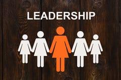 领导概念 木背景的纸妇女 抽象概念性图象 免版税库存图片