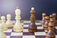 领导,成功,刺激的概念 在董事会的棋子 免版税库存图片