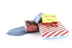 领带和两个礼物盒有卡片标记的写愉快的父亲节词 图库摄影