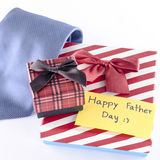 领带和两个礼物盒有卡片标记的写愉快的父亲节词 库存图片