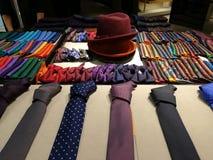 领带和蝶形领结-帽子在中部 库存图片