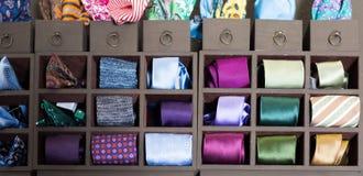 领带的汇集在挂衣架的在人精品店 免版税库存图片