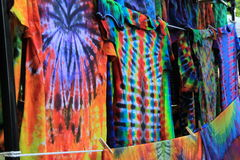 领带被洗染的T恤杉晒衣绳在市场上 免版税库存照片