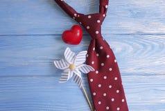 领带,心脏,一个木减速火箭的卡片概念想法创造性的言情背景装饰假日 免版税库存图片