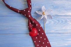 领带,心脏,一个木减速火箭的卡片概念想法葡萄酒设计创造性的言情背景装饰假日 库存图片