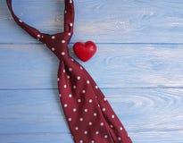 领带,心脏,一个木减速火箭的概念想法葡萄酒设计创造性的言情背景装饰假日 免版税库存图片