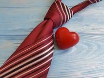 领带,心脏,在一个木减速火箭的概念庆祝装饰设计创造性的言情的背景 库存照片