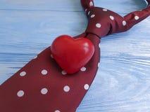 领带,心脏,在装饰木减速火箭的创造性的言情的背景 免版税库存图片