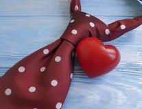 领带,心脏,在装饰木减速火箭的概念创造性的言情的背景 免版税库存图片