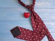 领带,心脏,在装饰木减速火箭的概念想法葡萄酒设计创造性的言情的背景 库存图片