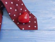领带,心脏,在装饰木减速火箭的概念葡萄酒设计创造性的言情的背景 免版税图库摄影