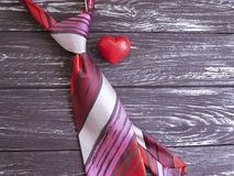 领带,心脏,在装饰木减速火箭的言情的背景 免版税库存图片
