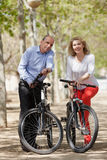 领抚恤金者家庭有自行车的 免版税图库摄影