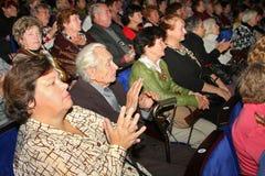 领抚恤金者-慈善音乐会的观众 库存照片
