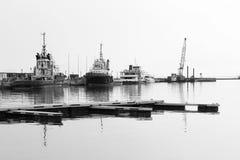 领航船在港口 免版税库存图片