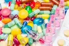 细颈瓶和药片射击 免版税库存照片